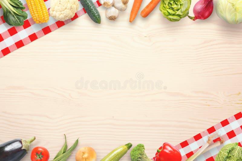 Verduras en una tabla de cocina con el espacio vacío para el texto imagen de archivo libre de regalías