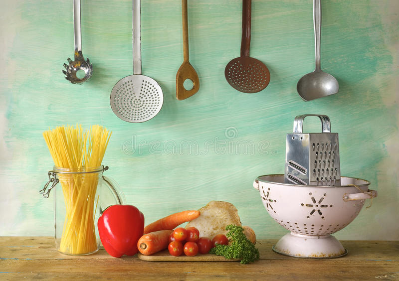 Verduras, espaguetis, utenslis de la cocina imagen de archivo