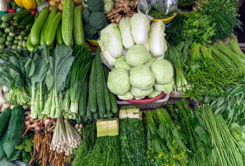Verduras, especias, raíces e hierbas en mercado foto de archivo libre de regalías