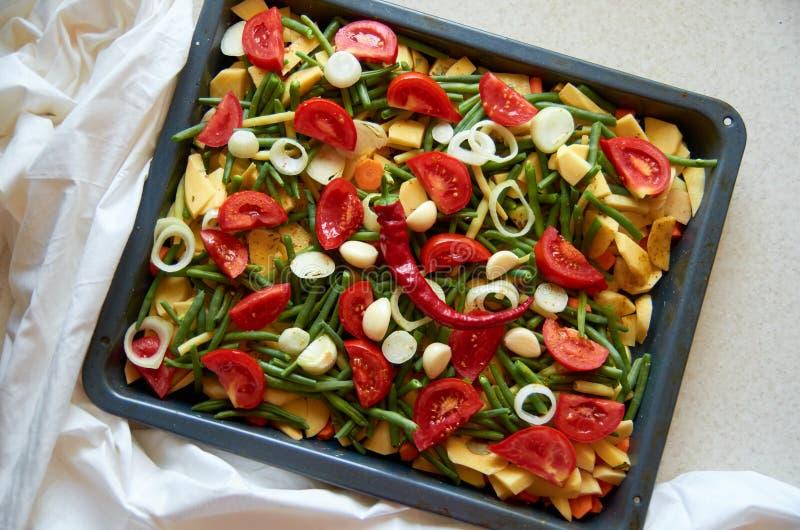 Verduras frescas asadas a la parrilla con pimienta de chile en el fondo blanco fotos de archivo libres de regalías
