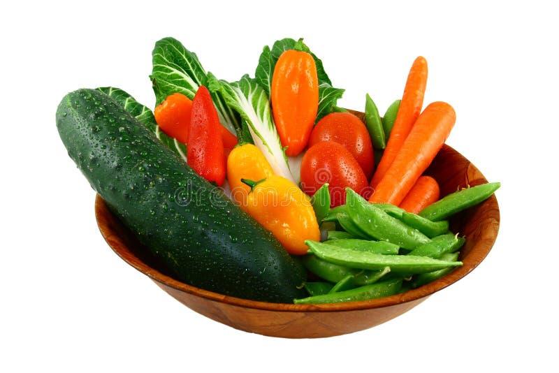 Verduras frescas clasificadas en un tazón de fuente de madera foto de archivo