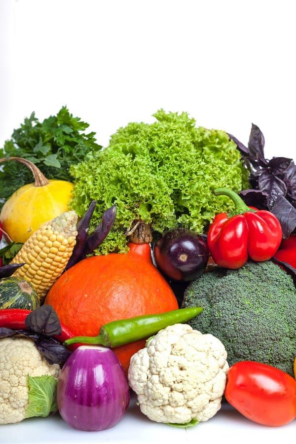 Verduras frescas coloridas en el fondo blanco imagen de archivo libre de regalías