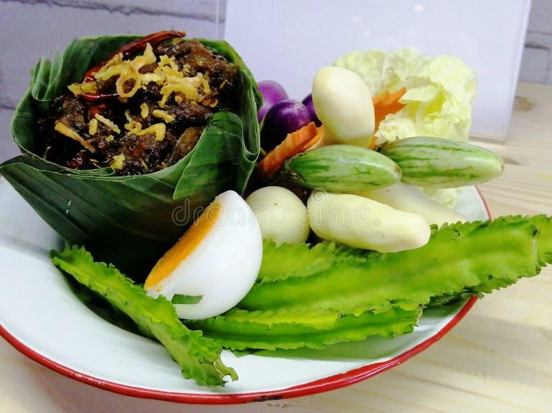Verduras frescas con la salsa de chile, comida tailandesa imágenes de archivo libres de regalías