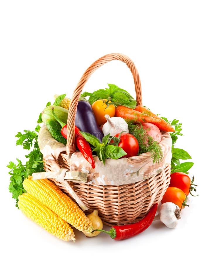 Verduras frescas con las hojas verdes en cesta imágenes de archivo libres de regalías
