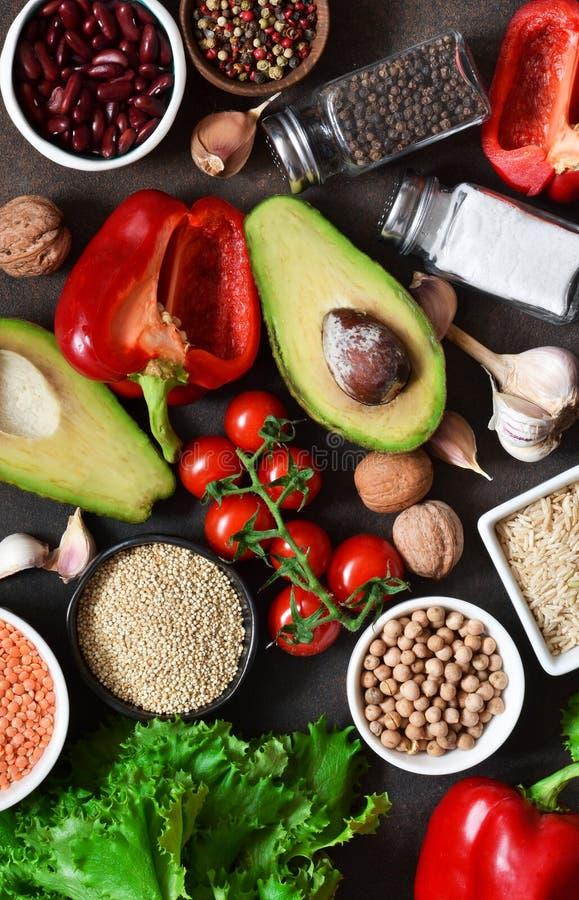 Verduras frescas, crudas en la tabla de cocina. Comida sana, comida limpia, opción: frutas, verduras imagen de archivo libre de regalías