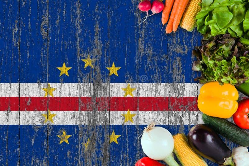 Verduras frescas de Cabo Verde en la tabla Cocinar concepto en fondo de madera de la bandera imagenes de archivo