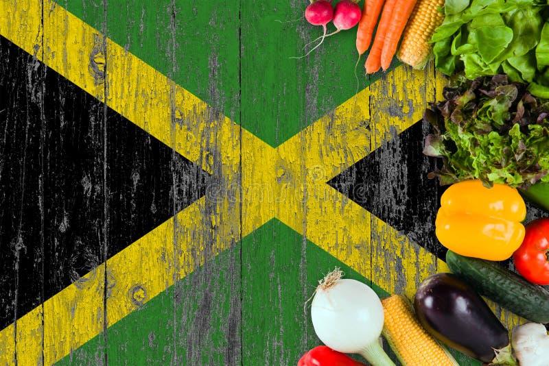 Verduras frescas de Jamaica en la tabla Cocinar concepto en fondo de madera de la bandera fotografía de archivo libre de regalías