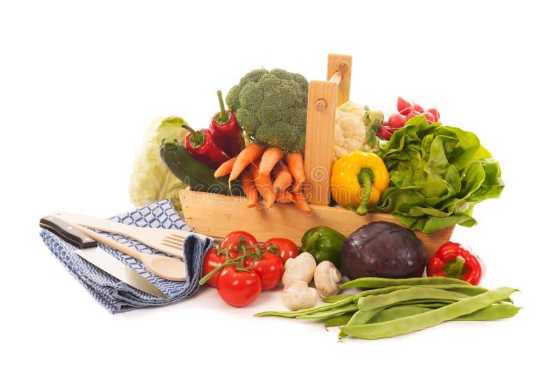 Verduras frescas de la cesta de la cosecha foto de archivo
