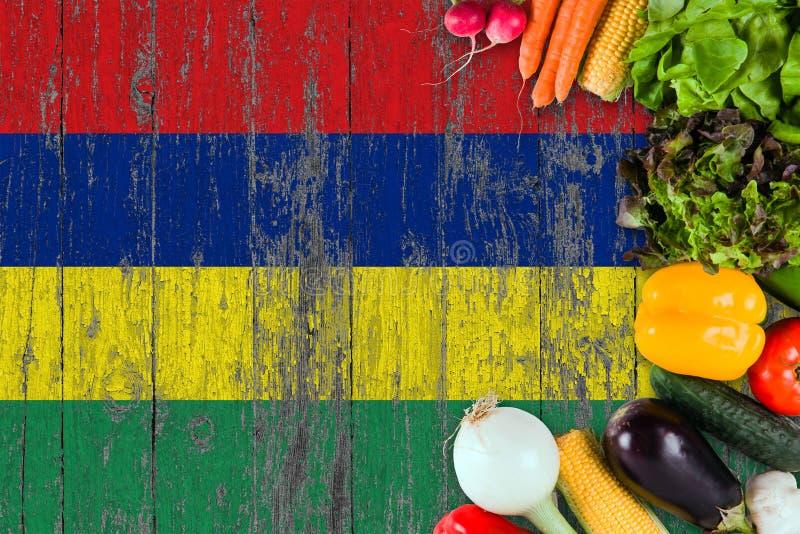 Verduras frescas de Mauricio en la tabla Cocinar concepto en fondo de madera de la bandera imagen de archivo