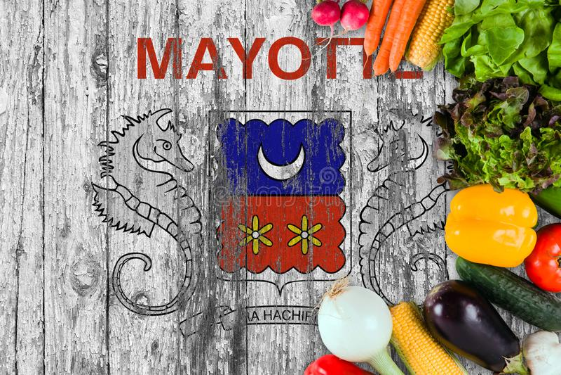 Verduras frescas de Mayotte en la tabla Cocinar concepto en fondo de madera de la bandera imagen de archivo