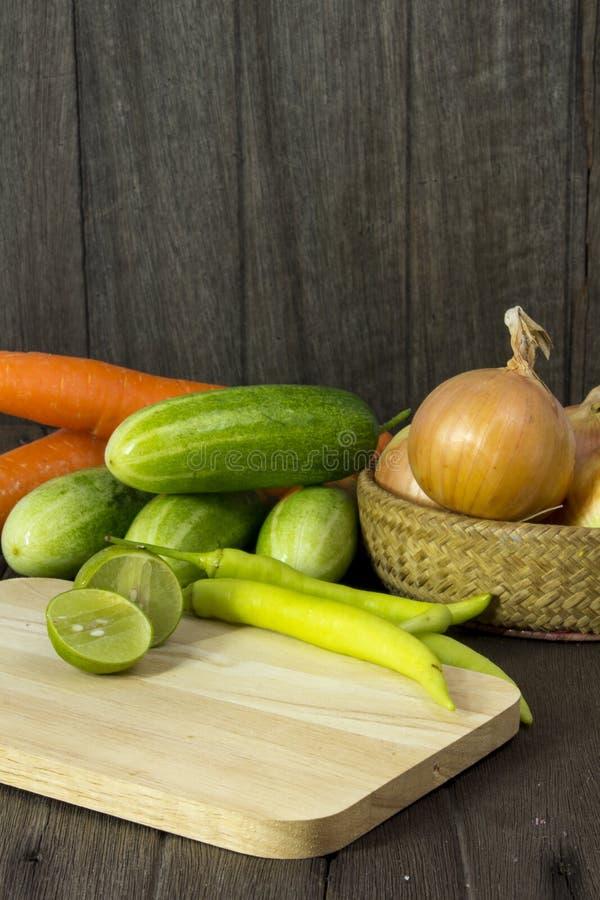 Verduras frescas determinadas con la hoja verde en un piso de madera. fotos de archivo libres de regalías