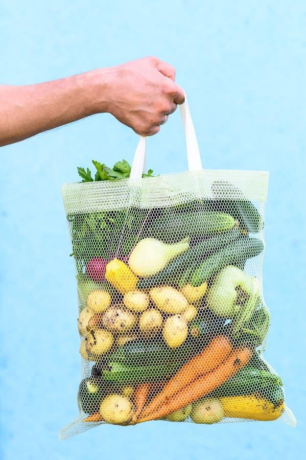 Verduras frescas en bolso del eco patatas, tomates, zanahoria, cebolla bio Productos agr?colas fotografía de archivo
