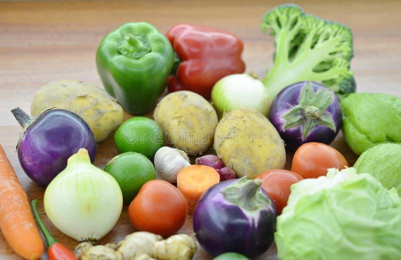 Verduras frescas en de madera fotografía de archivo