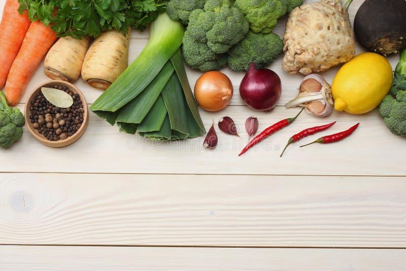 Verduras frescas en el fondo de madera blanco Maqueta para el menú o la receta Visión superior con el espacio de la copia imágenes de archivo libres de regalías