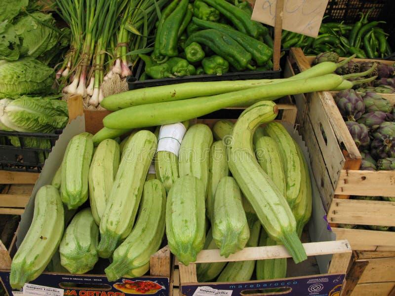 Verduras frescas en el mercado siciliano fotos de archivo