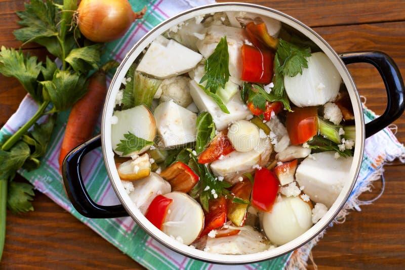 verduras frescas en el pote imagenes de archivo