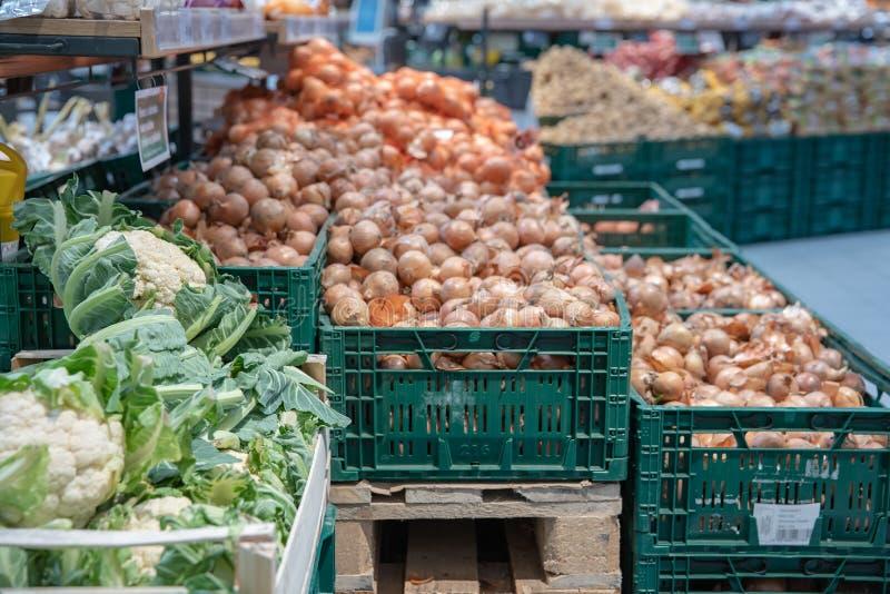 Verduras frescas en estantes del supermercado y en mercados en cajones de granjeros ofrecido en venta imágenes de archivo libres de regalías