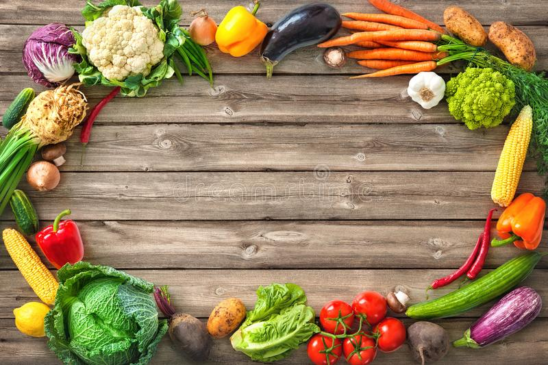 Verduras frescas en fondo de madera imagen de archivo libre de regalías