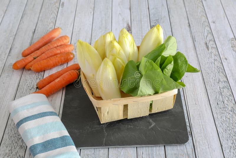 Verduras frescas en la tabla de madera foto de archivo libre de regalías