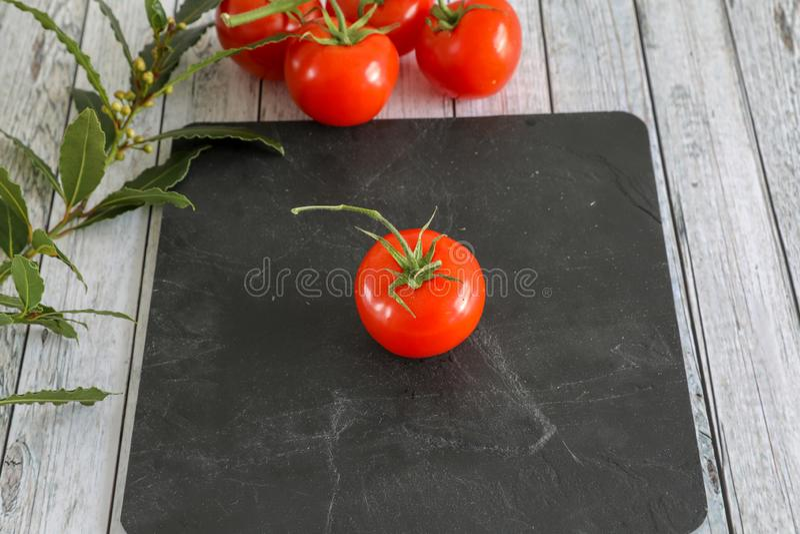 Verduras frescas en la tabla de madera foto de archivo
