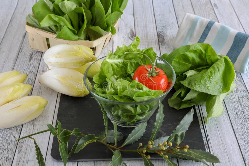 Verduras frescas en la tabla de madera imágenes de archivo libres de regalías