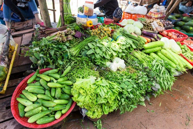Verduras frescas en mercado callejero en la isla de Ko Lanta, Tailandia fotografía de archivo libre de regalías