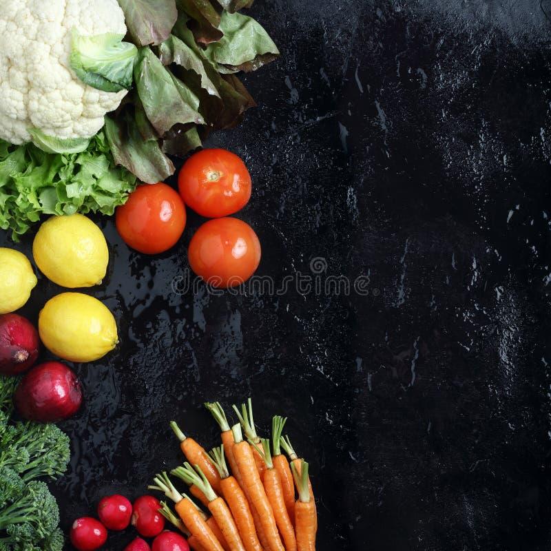 Verduras frescas en pizarra negra foto de archivo