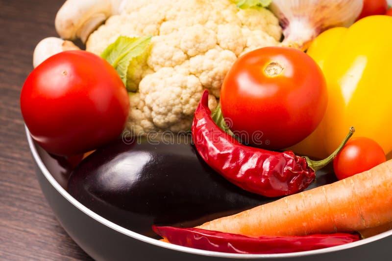 Verduras frescas en un pote fotos de archivo