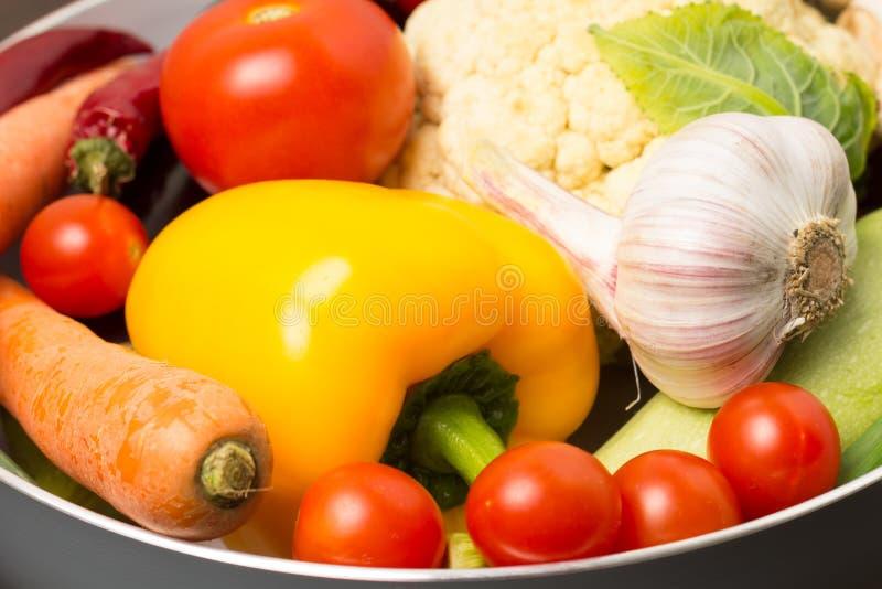 Verduras frescas en un pote imagen de archivo libre de regalías