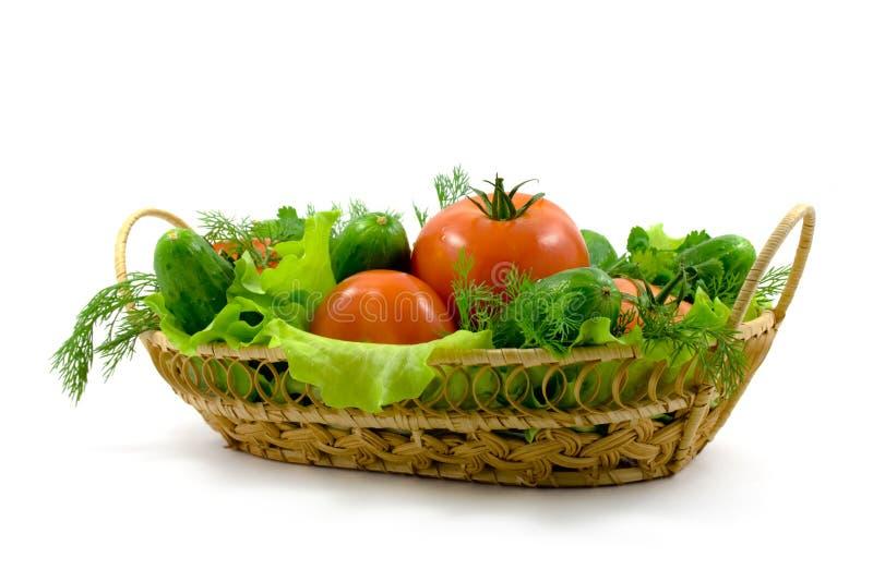 Verduras frescas en una cesta imagen de archivo