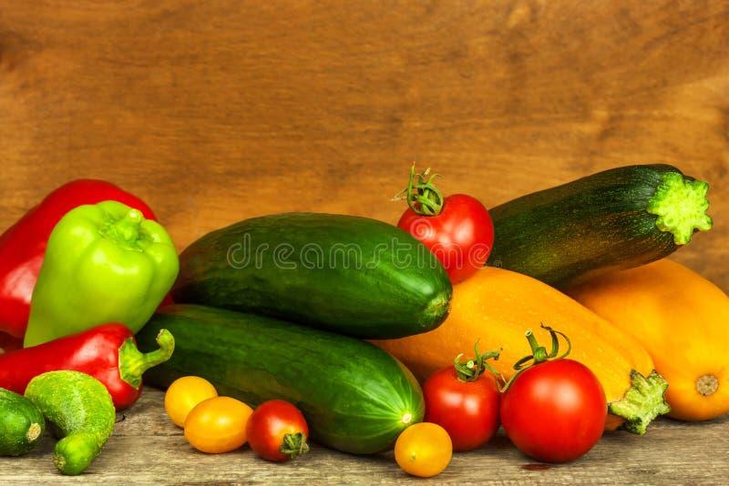 Verduras frescas en una tabla de madera vieja Cosecha de verduras Alimento sano Alimento sin procesar Vida en la granja foto de archivo