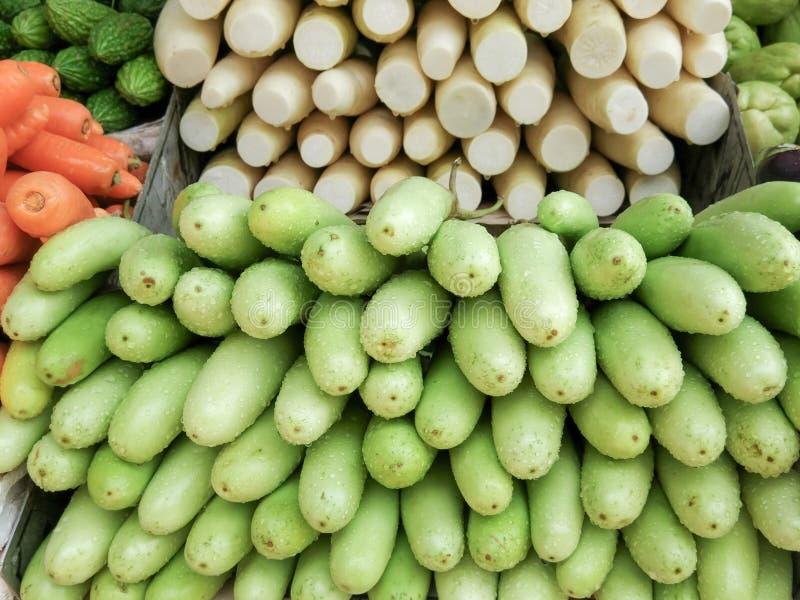 Verduras frescas en venta en mercado de la granja Alimento biol?gico sano imagen de archivo