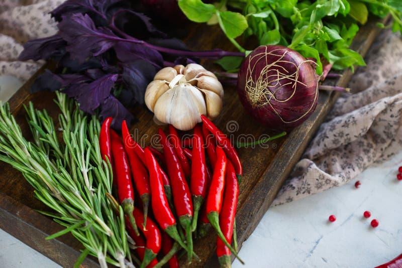 Verduras frescas, especias e hierbas en caja de madera en estilo rústico imagen de archivo libre de regalías
