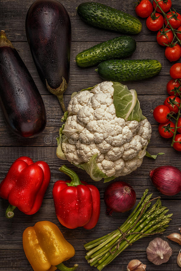 Verduras frescas para cocinar en fondo de madera oscuro fotografía de archivo libre de regalías