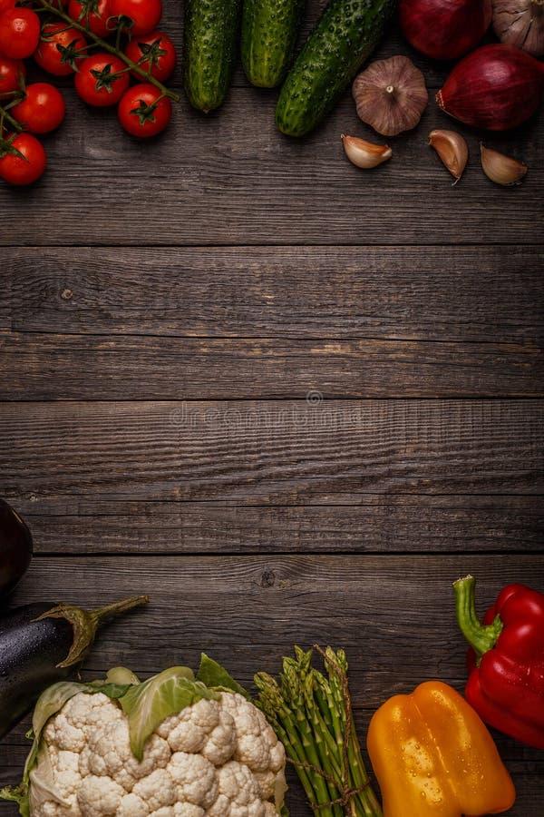 Verduras frescas para cocinar en fondo de madera oscuro fotografía de archivo