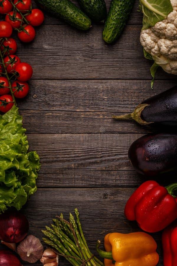 Verduras frescas para cocinar en fondo de madera oscuro imagen de archivo libre de regalías