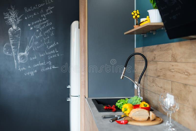 Verduras frescas para la ensalada en una tabla de cocina Comida sana org?nica natural imágenes de archivo libres de regalías