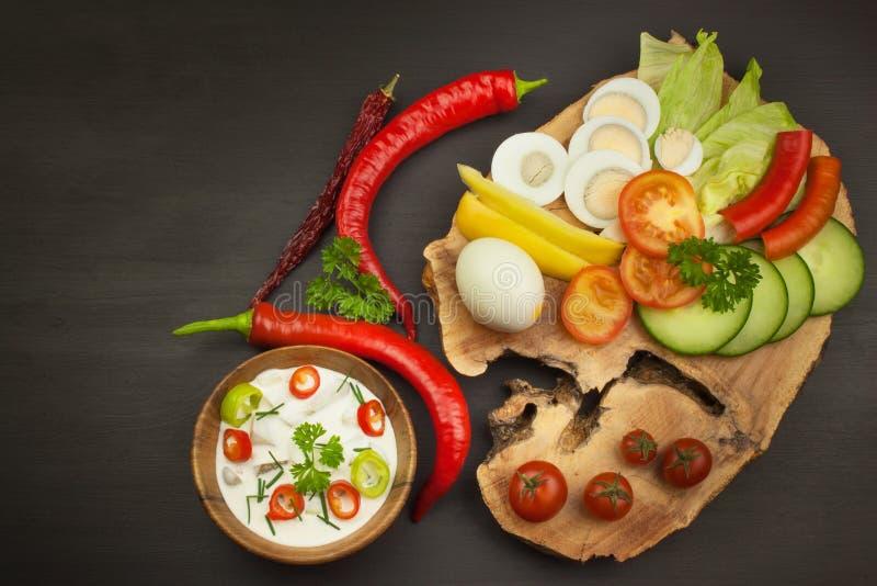 Verduras frescas para los bocados con el vestido Inmersión para las verduras Comida de la dieta sana para la cena fotografía de archivo