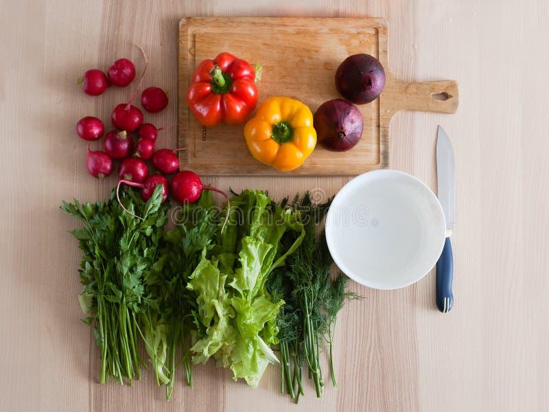 Verduras frescas que mienten en la tabla de cocina imágenes de archivo libres de regalías