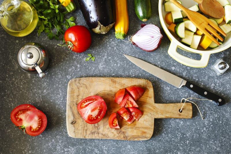 Verduras frescas y cacerola el cocinar en la tabla, visión superior Foo sano fotos de archivo