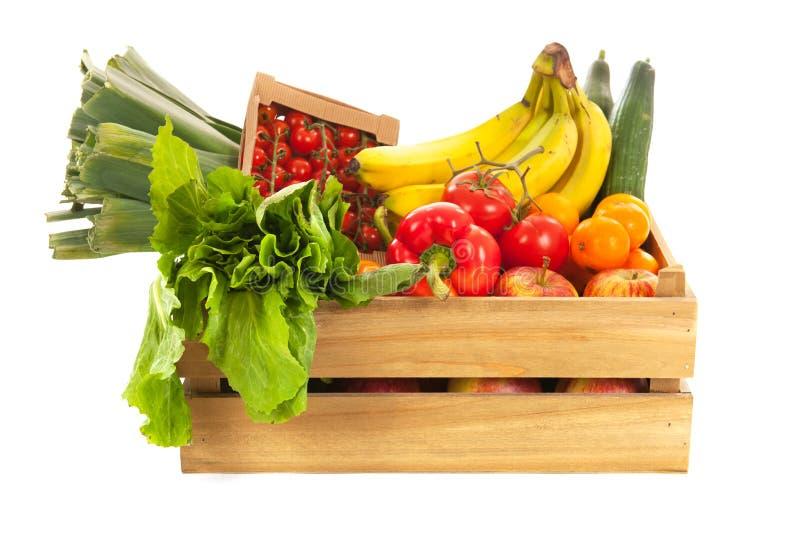Verduras frescas y fruta del cajón de madera imagenes de archivo