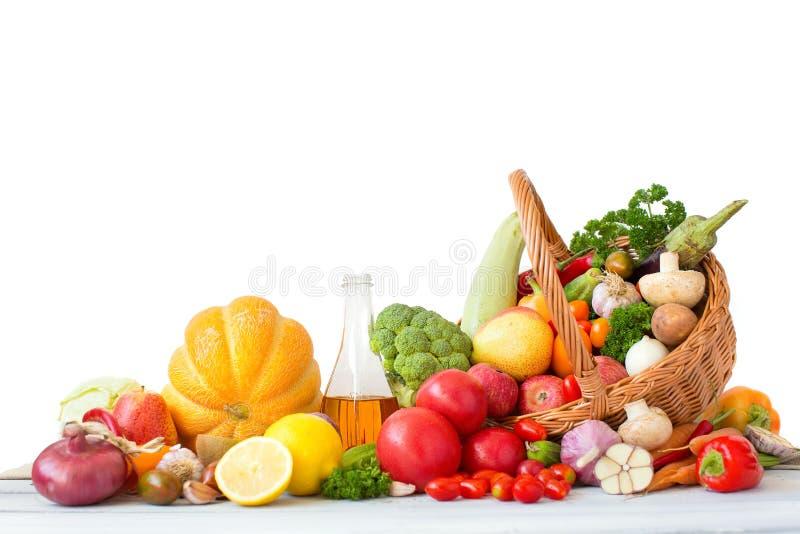 Verduras frescas y fruta en cesta imagenes de archivo