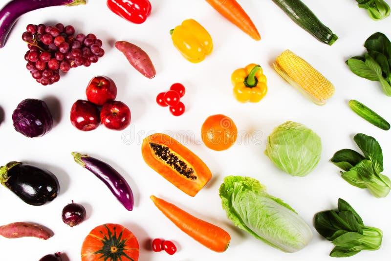 Verduras frescas y frutas de la endecha plana en el fondo blanco imagen de archivo