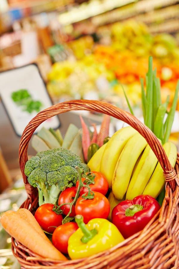 Verduras frescas y frutas en cesta de compras imagenes de archivo