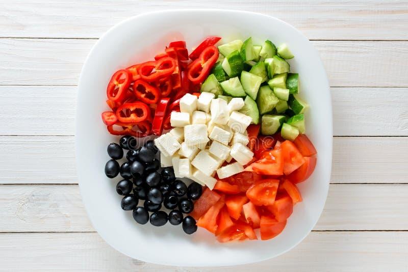 Verduras frescas y queso en una placa en una tabla de madera Alimento sano foto de archivo