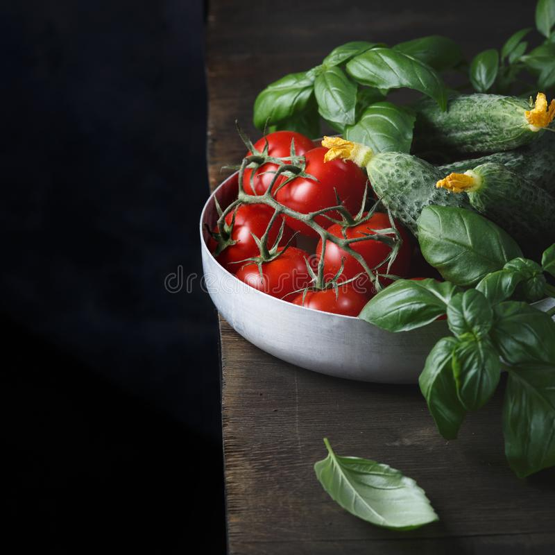Verduras frescas y verdes frescos en una tabla de madera foto de archivo