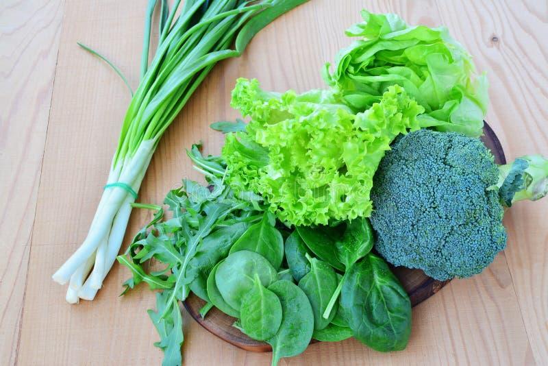 Verduras frondosas frescas, bróculi, lechuga, arugula, ensalada imagen de archivo