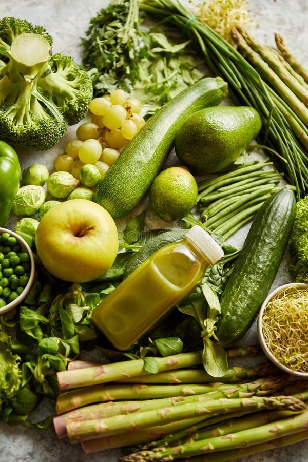 Verduras, frutas verdes e hierbas orgánicas antioxidantes colocadas en piedra gris foto de archivo