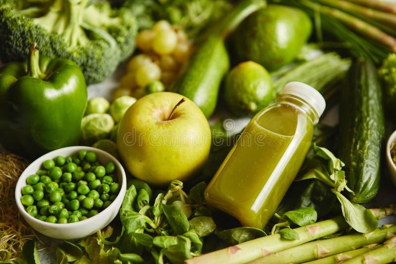 Verduras, frutas verdes e hierbas orgánicas antioxidantes colocadas en piedra gris imagen de archivo libre de regalías
