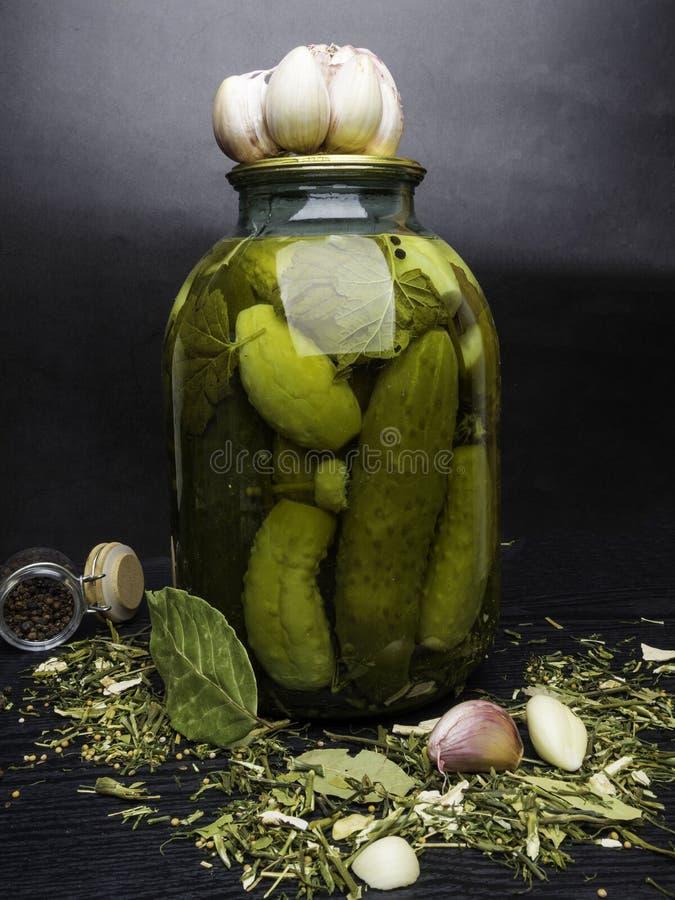 Verduras nacionales conservadas Preservaci?n de pepinos, del ajo y de especias frescos y conservados en vinagre en la tabla de co imágenes de archivo libres de regalías